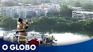 Coronavírus: Bombeiro toca Tom Jobim a 50 metros de altura e é aplaudido por moradores