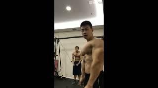 Gutpunch abs or workout big chest , model Asia mempunyai Dada besar sedang berolahraga
