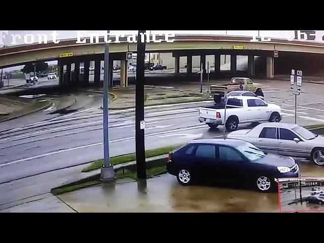 Sufre dos accidentes en menos de un minuto y sale caminando ileso