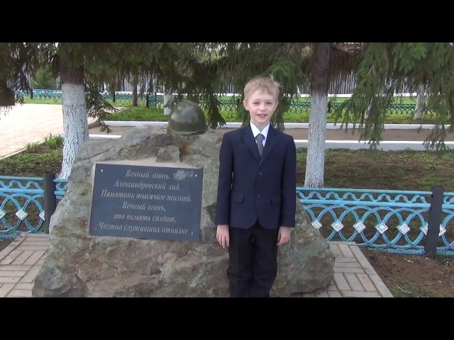 Изображение предпросмотра прочтения – АртёмСтанкунов читает произведение «Майор привез мальчишку на лафете» К.М.Симонова