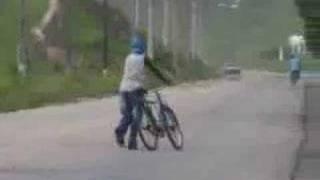 Bebado empurrando bicicleta thumbnail