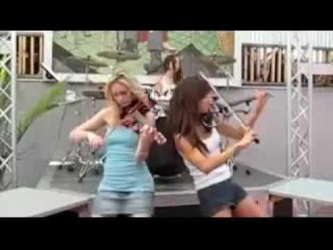 Три девушки играют на музыкальных инструментах
