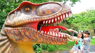 Boram e pai fingem brincar com dinossauro
