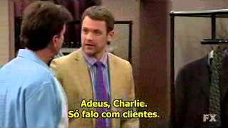 Charlie Sheen Aparece em Anger Management vestindo roupa de Charlie Harper