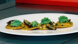 Tortello di aringhe e patate affumicate su una crema di broccoli con datteri e pinoli tostati.