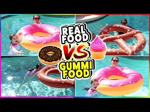 REAL FOOD vs. GUMMI FOOD IM POOL - Das coolste aufblasbare Essen 😃 Geschichten und Spielzeug