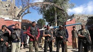 Пакистан  террористы смертники напали на здание суда