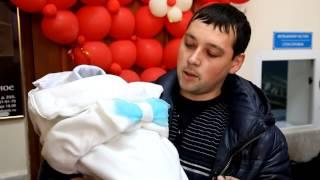 U news  Сотрудники ГИБДД подарили детские автокресла новорожденным(, 2013-11-26T09:03:20.000Z)