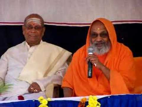 Sri K. Pattabhi Jois honoured by Swami Dayananda Saraswati