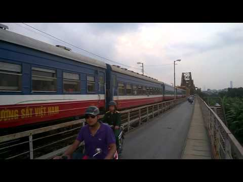 Tàu lửa qua cầu Long Biên (Train in Long Bien bridge)