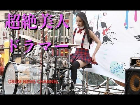 【思わず2度見!?】ミニスカートの超絶美女がドラムを叩くとこうなる
