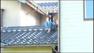 この動画は安全を考慮して撮影してます。絶対に真似しないでね。安全な屋根を使用してます。下にクッションがあります。父母に激怒されそう...