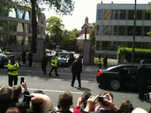 Barack gets car stuck at Dublin Embassy May 23rd 2011