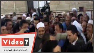 تجمهر المصلين حول شيخ الأزهر خلال مغادرته مسجد الحسين.. والأمن يتدخل