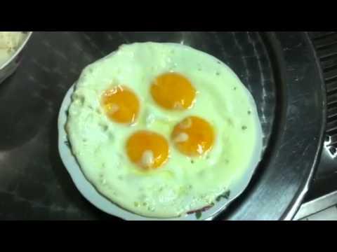Ba dạy cho Khoa chiên trứng gà opla