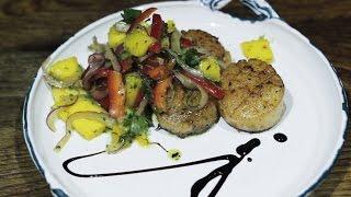 Seared Scallops with Fresh Mango Salad (Морские гребешки с салатом из манго)