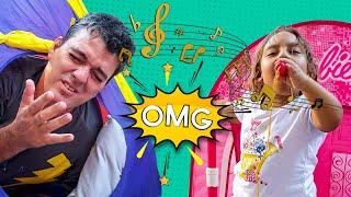 Maria Clara finge brincar com instrumentos musicais e acorda o vizinho - MC Divertida