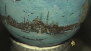 فنان تركي يرسم لوحات مفصلة على أجسام صغيرة