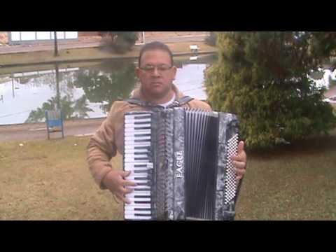 Jose Morais, adorando a Deus, na praça de Pinhão paraná