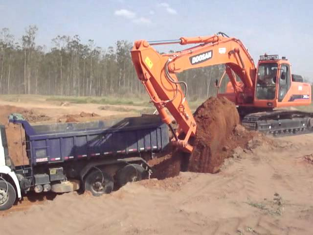 Escavadeiras Doosan trabalhando na fabrica Doosan em Americana - SP
