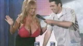 dame smadre dåser med sine bryster fjolletobak.com