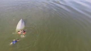 видео: Перевернулась лодка, ребенок чуть не утонул