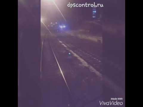 Владивосток,  на 2 речке на жд путях лежит машина на крыше.  Вокруг бегает девушка