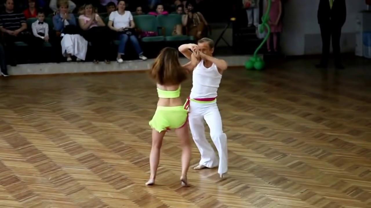 Видео онлайн танцуют сексуальный танец ламбада