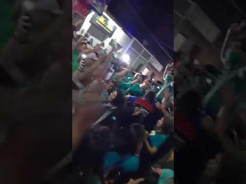 Prefeito Nelinho Costa é levado nos braços pela multidão para convenção  no ginásio da escola arnoud Dantas