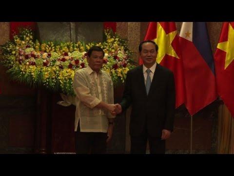 Philippines leader Duterte meets Vietnamese counterpart