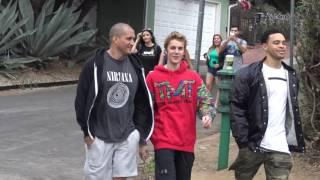 Bieber sings SpongeBob SquarePants theme song to paparazzi's while hiking in La December 11 2016