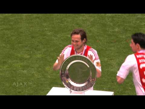Daley Blind laat schaal vallen / Daley Blind drops the trophy