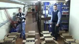 видео Автомат для сшивания коробок скобами