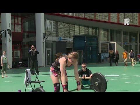 Gewichtheffers tonen hun kracht op Schouwburgplein