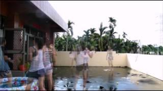 為了慶祝畢業,女生們在院子裡玩起水來... 其中一個女生竟...(0:45秒)太羞人了吧?!!