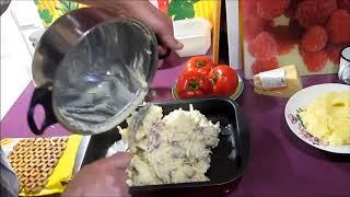 Картофельная запеканка с мясом и помидором.