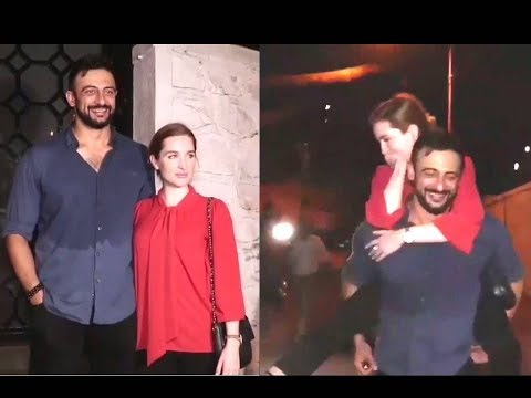"OMG SOO ROMANTIC!! ARUNODAY SINGH HOLDS HIS WIFE ON HIS BACK AND SAYS ""BIWI THAK GYI HAI'"