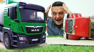 Camiones de juguete. La hormigonera y el camión de gasolina.