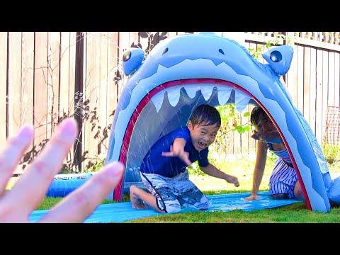 巨大なサメだー!!! 食べられた~!! サメスライダー こうくんねみちゃん Giant Shark Slider