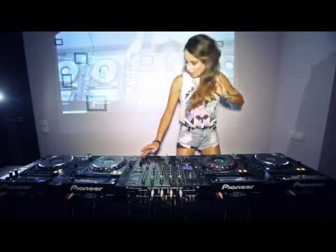 Juicy M - Mixing On 4 CDJs Vol2.mp3