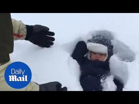 """Бебе """"пропаѓа"""" во снег, откако таткото процени погрешно"""