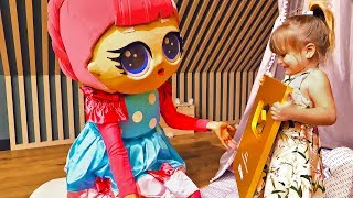 Большая кукла ЛОЛ приехала в гости к Оливии и сделала сюрприз - подарила Золотую кнопку