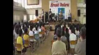津軽の某小学校での弘前ベンチャーズのライブです。 子どもたちのために...