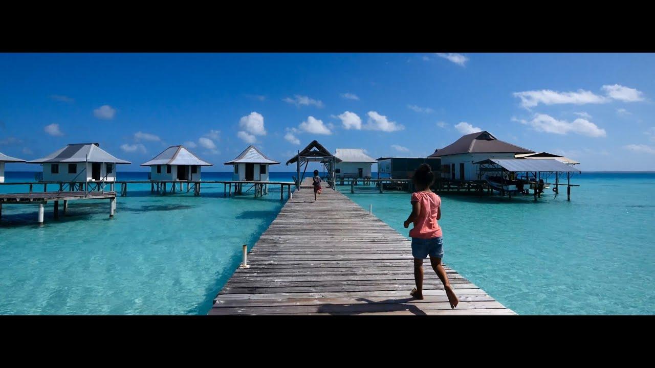 vacances Tahiti lagon  Moorea, Tahiti corail lagon. Jeune femme en bikini