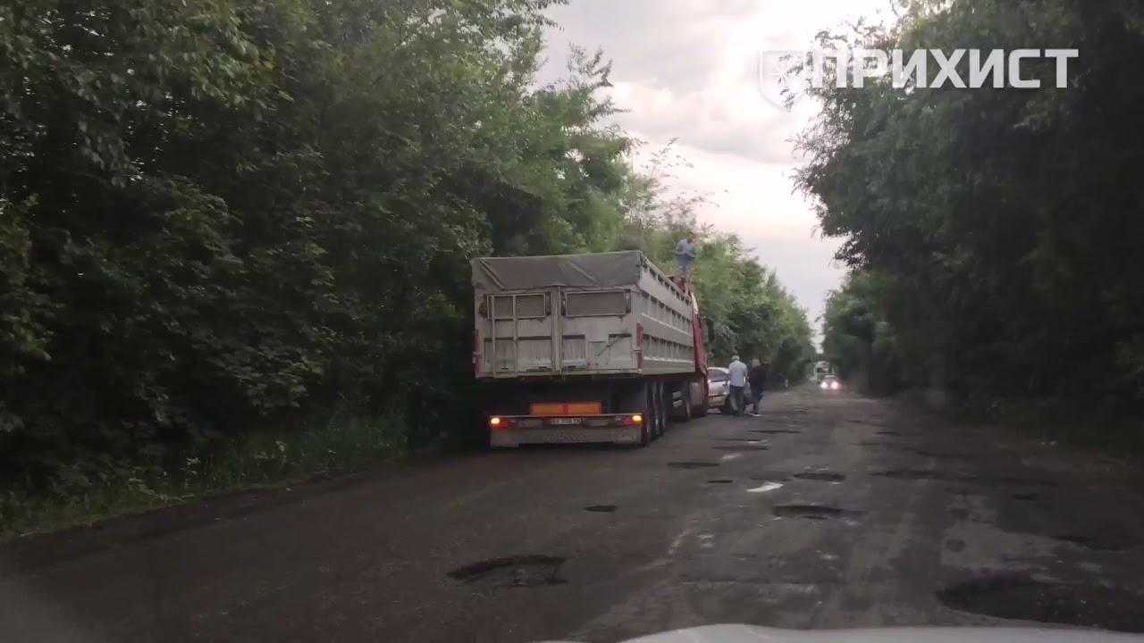 На трассе Никополь - Днепр столкнулись легковушка и грузовик