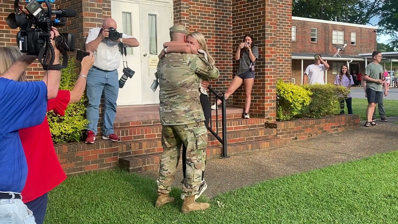 Military Dad Surprise Visits Girl At Church Before Her Graduation Ceremony - 1199663-2
