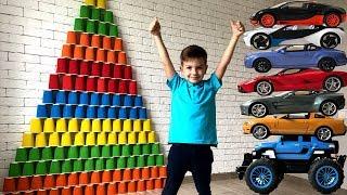 Гигантские пирамиды из цветных стаканчиков и марки машин. Видео для детей.