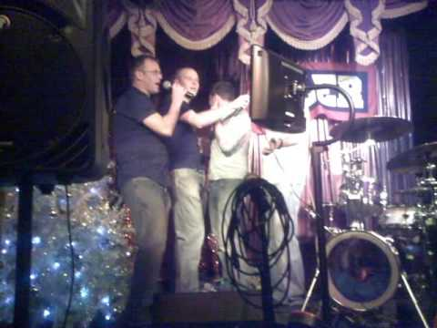 Cardiff Dragons do karaoke