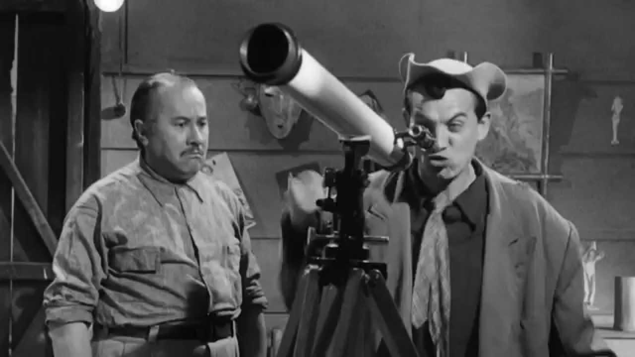 Clavillazo mirando a través de un telescopio