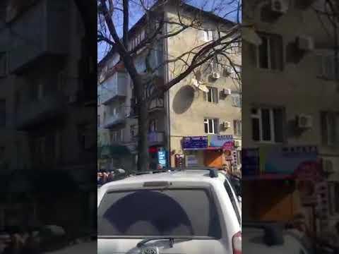 Выборы президента России: Огромная очередь в избирательный участок в посольстве РФ в Бишкеке
